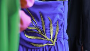 En blå klänning med gulddekor designad av Bahaulddin Rawi.