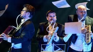 Pianisti Jukka Nykänen ja laulavat Bäckströmin veljekset Jouni ja Petri Bäckström.