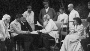 Leo Tolstoj läser sina arbeten bland sina vänner. 1910.