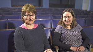 Två damer i teatersalong.