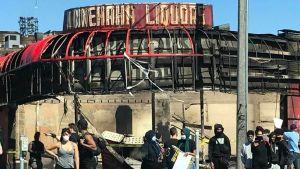 Plundrad och utbränd alkoholaffär i Minneapolis.