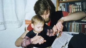 Anne Brunilan poika Oskari isänsä Juhan sylissä vuonna 1986.