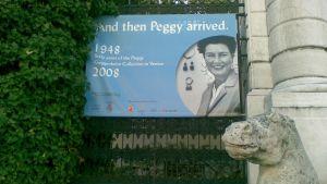 Näyttelylakana Peggy Guggenheimin taidemuseon portissa Venetsiassa.