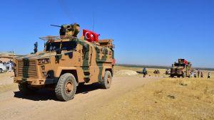 Turkiska stridsvagnar har koncentrerats mitt emot den nordsyriska staden Tel Abyad där turkarna sannolikt tränger in i Syrien