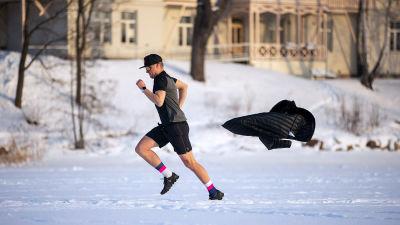 Robson tränar löpning i shorts mitt i vintern.