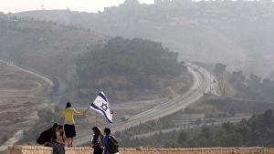 Människor med Israels flagga
