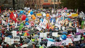Storprotest på Järnvägstorget i Helsingfors 18.9.2015
