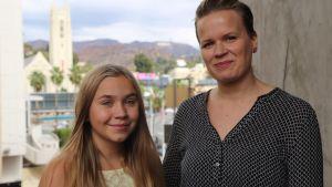 Linnea Skog och Selma Vilhunen fotograferas på resa i Los Angeles.
