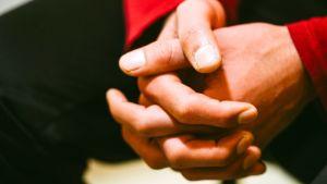 en mans knäppta händer