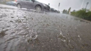 Esbo å svämmade över och vatten rann till motorvägen.