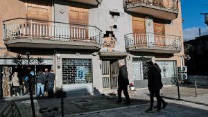 Invånare beskådar en byggnad i Zafferana Etnea nära Catania efter jordskalvet 26.12.2018