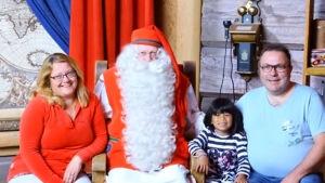 Familjen Heikkilä-Nordmyr på besök hos jultomten i Rovaniemi.