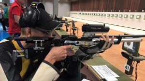 Timo Nyström ampumassa Australian Sydneyssä para-ammunnan MM-kilpailuissa makuukisassa.