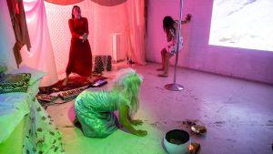 Tre kvinnor i ett källarrum utför ett performanceverk.