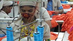Kvinnor arbetar i en fabrik i Bangladesh.
