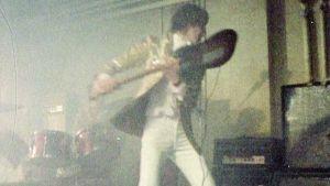 Pete Townshend särkee kitaraa ja kaiutinta lavalla