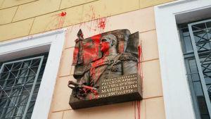 Mannerheims minnesplatta i S:t Petersburg nedklottad med röd färg.