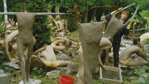 Veijo Rönkkönen valaa betonista patsasta.