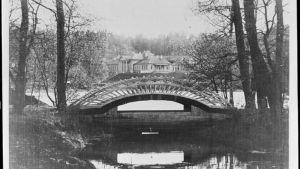Historisk bild visar en bro i Monrepos
