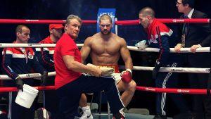 Ivan Drago i ringen med sin son Viktor i filmen Creed II.