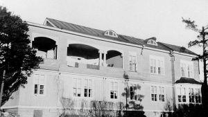 En svartvit bild på en stor träbyggnad.