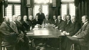 Personer radade kring bord 1917