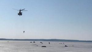 helikopter räddar pimpelfiskare i Pyttis.
