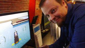Timo Kuula förevisar den simulator VTT gjort som beställningsarbete för ett stort motorföretag.