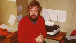 En man och en skrivmaskin. Mannen heter Rolf Wessman.