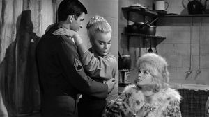 Ylikersantti Trower (George Hamilton), Trudi (Senta Berger) ja Helga (Elke Sommer) elokuvassa Voittajat