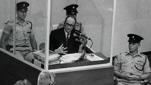 Adolf Eichmann i rättegång i Jerusalem 1961.