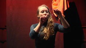 Yle Uutiset Häme: Saippuakuplia ja breikkausta keppihevosen selässä – Lasten taidefestivaali tuo nykysirkusta teatterilavalle