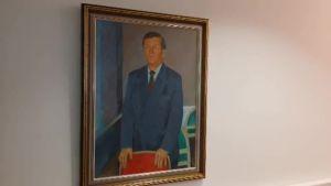 Uutisvideot: Väyrysen muotokuva koristaa puoluesihteerin työhuonetta