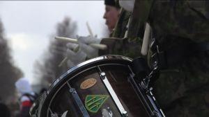 Yle Uutiset Häme: Jääkäritykistörykmentin 100-vuotisjuhlan paraati