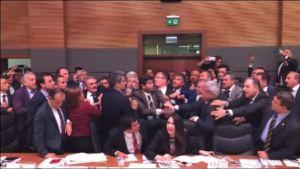Uutisvideot: Tappelunnujakka Turkin parlamentissa