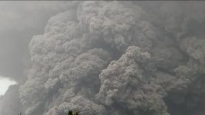 Uutisvideot: Tulivuori sylki sakeita ja tappavia tuhkapilviä Indonesiassa – video