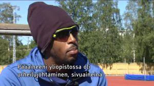 Urheilujuttuja: Leikkauksesta toipunut aitojen maailmanmestari Suomessa