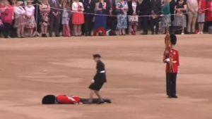 Uutisvideot: Sotilas pyörtyi kesken Elisabetin paraatin