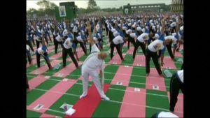 Uutisvideot: Intian pääministeri johti 30 000 joogaajan joukkoa