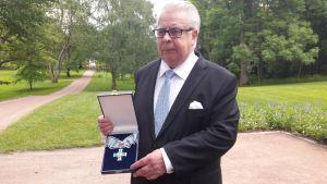 Urheilujuttuja: Kalervo Kummola herkistyi saadessaan suuren ansioristin tasavallan presidentiltä