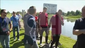 Jalkapallon EURO 2016: Ronaldo tulistui toimittajalle ja heitti mikrofonin järveen