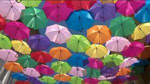 Uutisvideot: Tuhannet sateenvarjot leijuvat portugalilaiskaupungin yllä