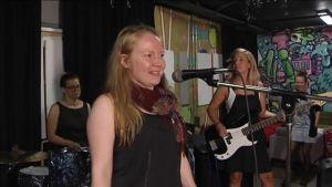 """Uutisvideot: Madamet aikuisten naisten bändileirillä: """"Näin rumpupalikat ensimmäistä kertaa"""""""