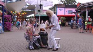 Uutisvideot: Kun sakset vangitsevat ihmisen: Linnanmäen siluettitaiteilija leikkaa paperista muotokuvan