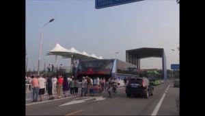 Uutisvideot: Autojen yläpuolella kulkevaa bussia testattiin Kiinassa