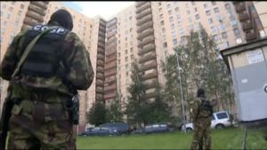 Uutisvideot: Venäjän erikoisjoukot tekivät ratsian kerrostaloon Pietarissa