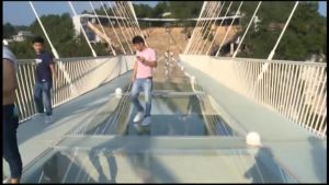 Uutisvideot: Kiinassa avattiin lasisilta 300 metrin korkeudessa