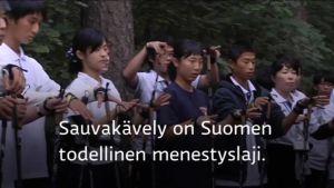 Uutisvideot: Ryhmä japanilaisia opiskeli sauvakävelyn saloja