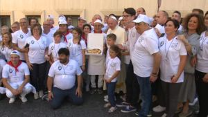 Uutisvideot: Paavi tarjosi asunnottomille pizzaa