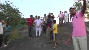 Uutisvideot: Intiassa, Rajasthanissa pytonkäärme iski selfien ottajaan.